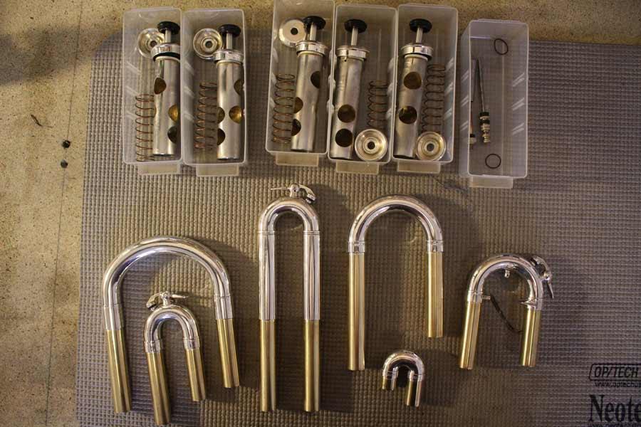Coulisses et pistons d'un cuivre saxhorn Courtois à l'Atelier Louise Porteneuve, réparation d'instruments à vent à Redon.